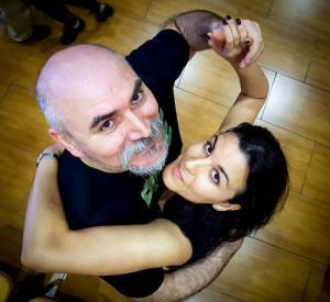 fot dall'alto degli insegnanti di tango radu e azahara, abbracciati in pista